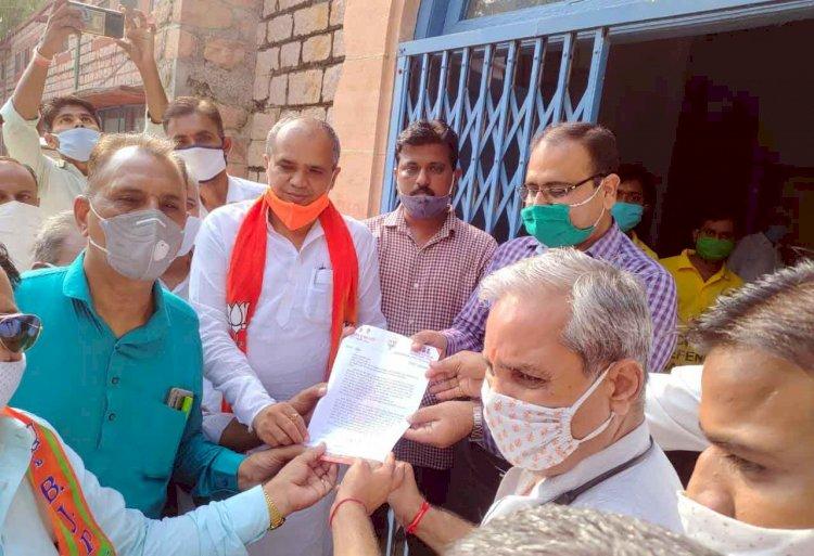 राजपुरा गैंगरेप : विरोध में भाजपाइयों ने सौंपा ज्ञापन, जिलाध्यक्ष ने मास्क उतारकर सौंपा ज्ञापन