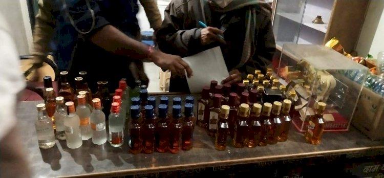 पुलिस थाने से कुछ ही दूरी पर बिक रही थी अवैध शराब, एसडीएम ने की कार्रवाई, शराब बेचते एक को किया गिरफ्तार, दुकान से अवैध शराब की बरामद