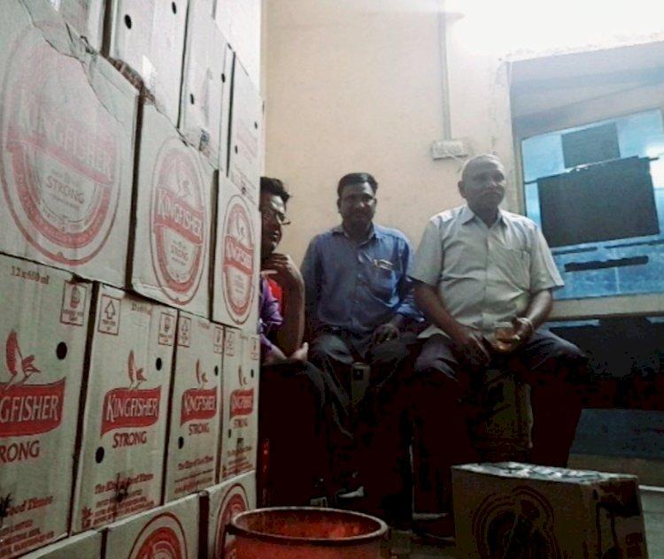 सिरोही पुलिस की जिला विशेष शाखा के प्रभारी दिन दहाडे शराब दुकान में बैठ छलका रहे है जाम