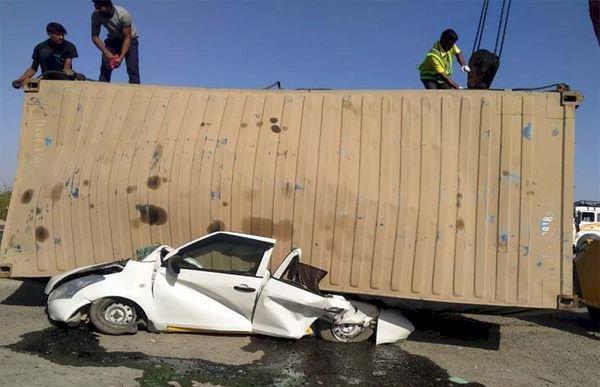 अनियंत्रित ट्रक से पलटा कंटेनर, कार सवार पति—पत्नी सहित 4 लोगों की दबने से मौके पर ही मौत