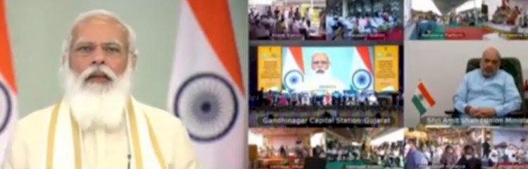 प्रधानमंत्री नरेंद्र मोदी ने गुजरात के गांधी नगर में 5 सितारा  होटल के नीचे बने रेलवे स्टेशन का किया उद्घाटन
